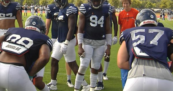Image of UTSA football defense doing drills during practice