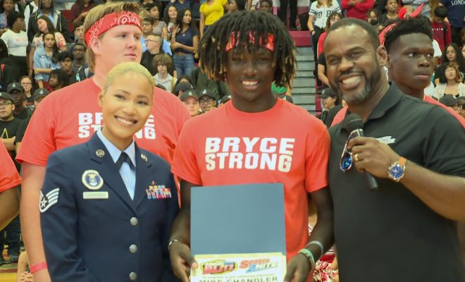 Image of Marcus Floyd presenting player of the week aware to Mike Chandler